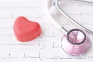 聴診器とハートの石鹸のようなものが心電図のうえに置かれている。