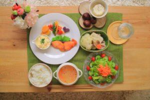 色とりどりのご飯が食卓の上に丁寧に置かれている